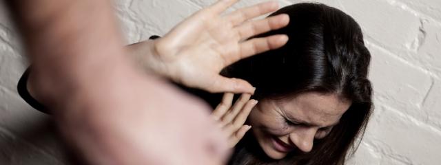 Picchia la moglie col batticarne: il tribunale lo assolve citando la Bibbia