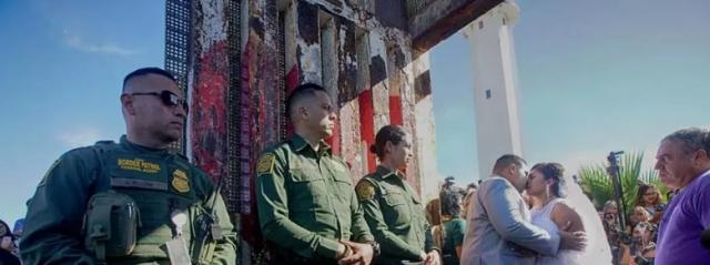 Celebrato matrimonio al muro di confine tra Usa e Messico