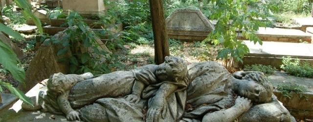 Vedova sorpresa a copulare sulla tomba del marito