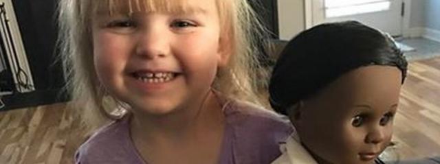 La bambina con la bambola nera e la cassiera razzista