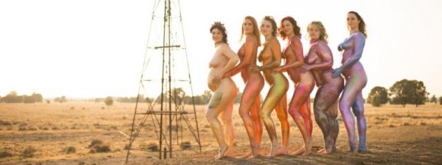 """""""Positively Glittered"""", donne nude su Instagram per valorizzare il corpo"""