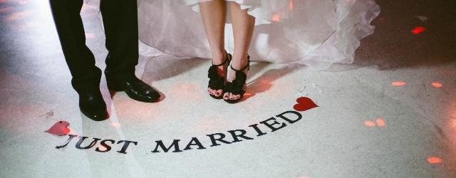 Stranezze dal mondo: coppia si sposa mentre attende in coda per i saldi