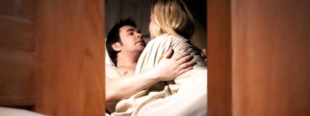 Gli svaligiano la casa: va dal vicino e lo trova a letto con la moglie