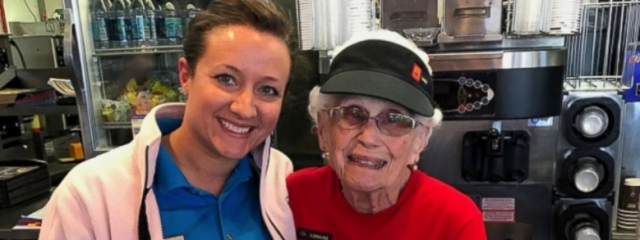 Indiana, ha 94 anni e serve panini da 44