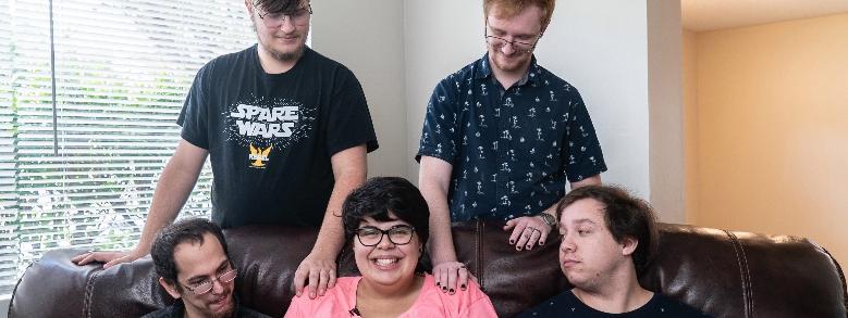Ventenne rimane incinta dei suoi 4 compagni