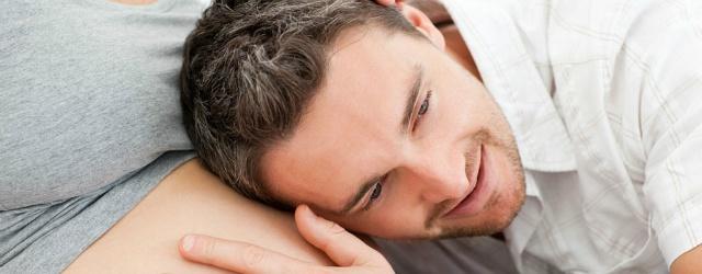 Gravidanza di coppia: uomo si immedesima nella gravidanza della compagna